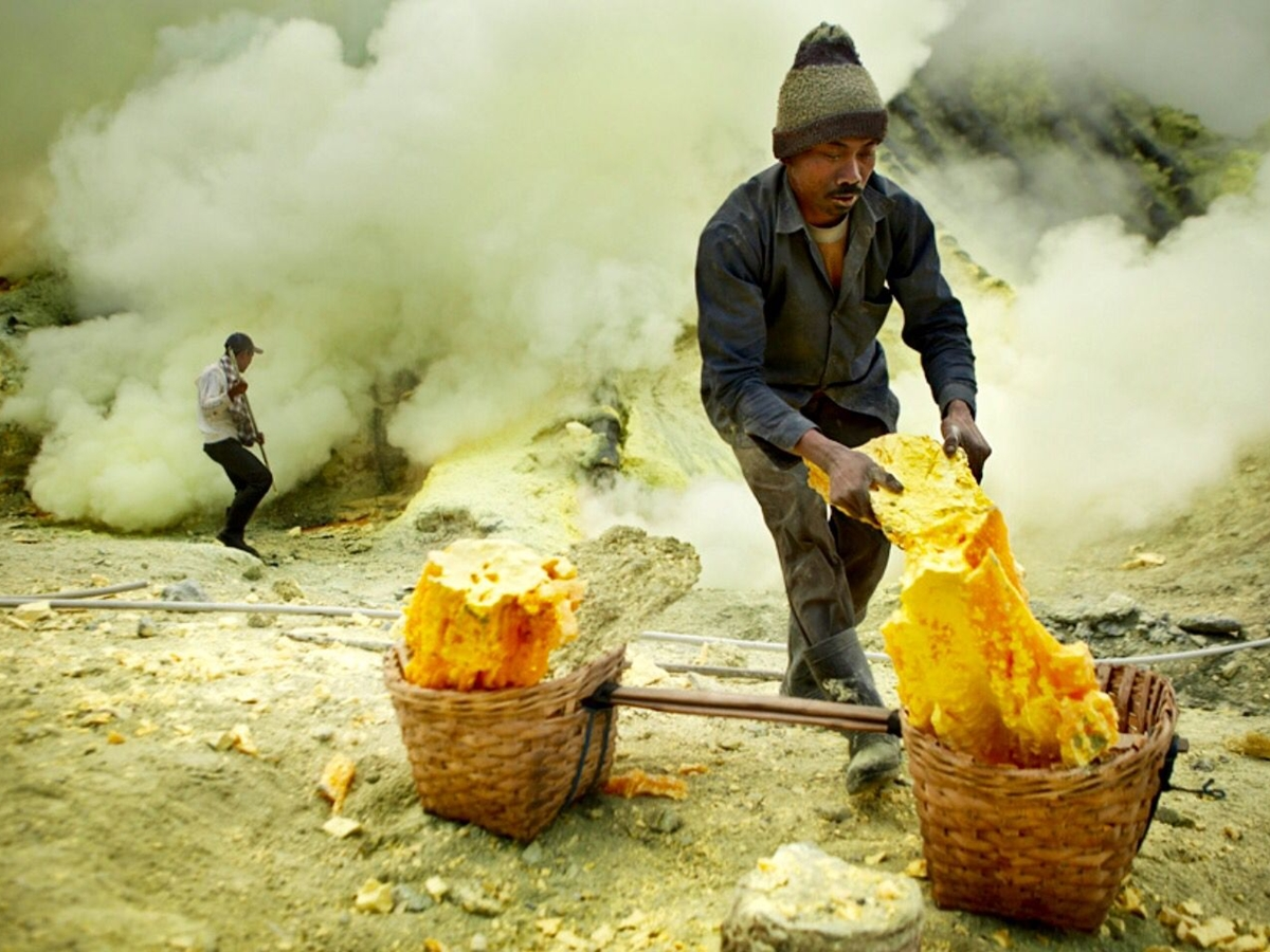Sulfur miner in Ijen